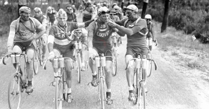 racers during the tour de France used to smoke while riding (photo)
