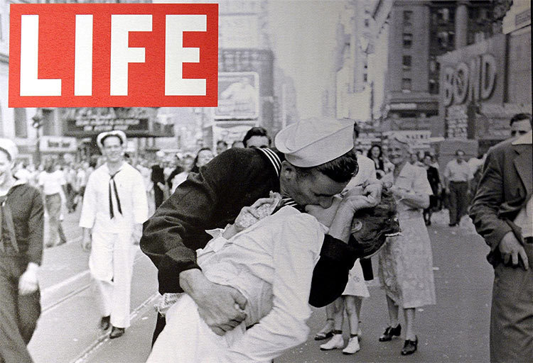 VJ day: famouse photograph of sailor kissing nurse in Time square