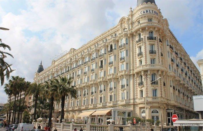 Cannes's famous shopping street is-La-Croisette