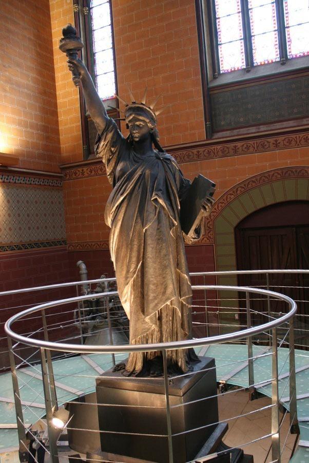 PARIS-statue-liberty-Musée-des-arts-et-métiers