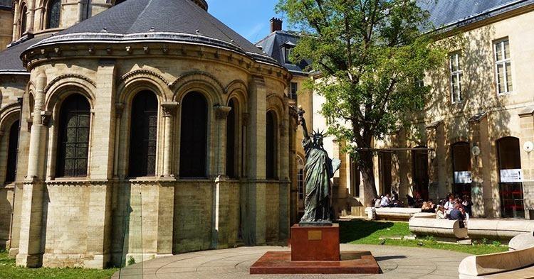 PARIS-statue-liberty-entrance-Musée-des-arts-et-métiers