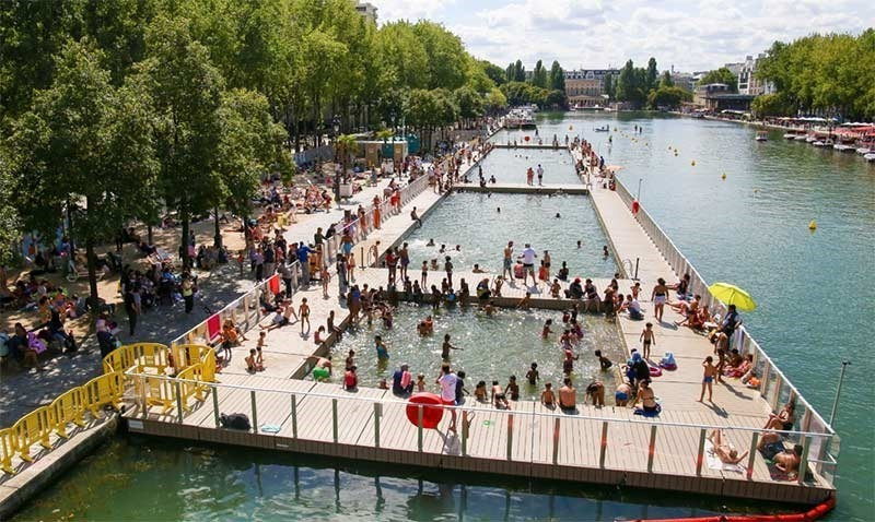 The outdoor public pool in Paris: plage bassine de la villette