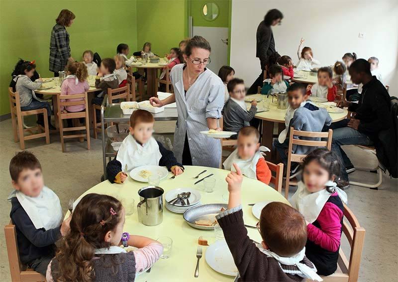Photo of schools eating in a public elementary school in Dijon