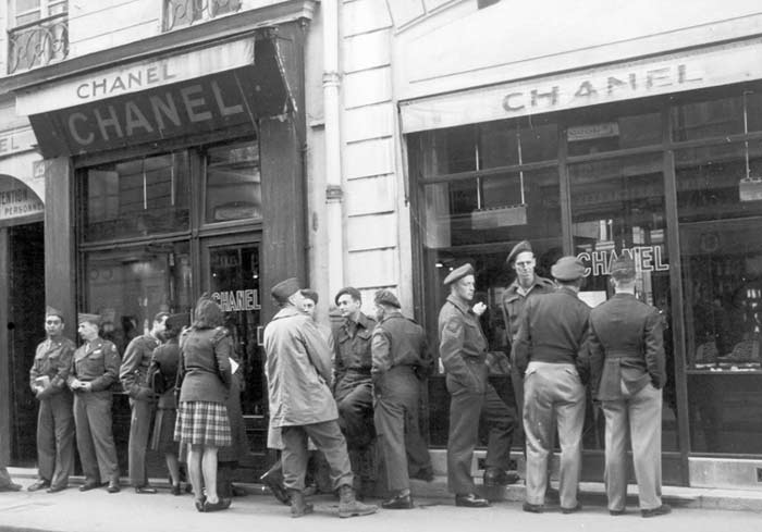 WWII: American soldiers lining up outside of the CHANEL store to buy Chanel no5