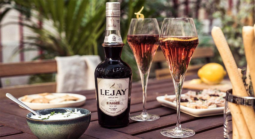 Kir: French drinks, Aperitif made with Creme de cassis and alcohol, wine, champagne